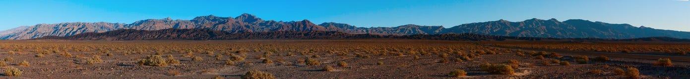 C'est un panorama de l'intervalle de montagne d'Amargosa Photo libre de droits