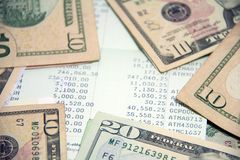 C'est une économie de ou la réduction en argent Banque de livre au milieu des billets de banque des USA Image libre de droits