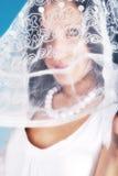 C'est une belle fille dans un rôle d'ange sur un bleu Photos libres de droits