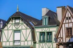 C'est une fin vers le haut de vue d'un cottage blanc de style de Tudor en Bretagne, France avec les bois de construction extérieu image stock