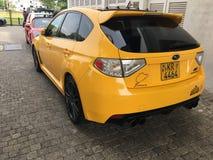 C'est une voiture jaune de STI de Subaru Photographie stock libre de droits