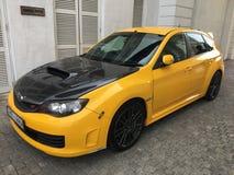 C'est une voiture jaune de STI de Subaru Images libres de droits