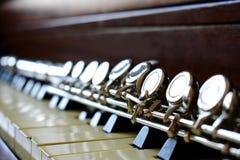 C flauta que coloca em chaves do piano imagem de stock