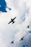 C-130 Hercules och C-295 M i flykten Arkivfoto