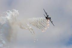 C-130 Herkules, der weg von den Aufflackern abfeuert Lizenzfreies Stockfoto