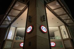 C&A-logo på deras Munich lager som tas under en snöig natt C&A är en internationell kedja av diversehandel för modedetaljhandelkl Arkivbilder