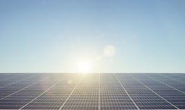 C?lulas solares no telhado imagens de stock