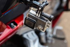C?mara de la acci?n en un casco del ` s del jinete de la motocicleta foto de archivo libre de regalías