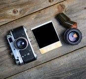 C?mara del vintage con las lentes y la fotograf?a vieja en blanco en fondo de madera fotos de archivo