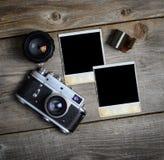 C?mara del vintage con las lentes y la fotograf?a vieja en blanco en fondo de madera imagen de archivo libre de regalías