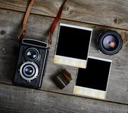 C?mara del vintage con las lentes y la fotograf?a vieja en blanco en fondo de madera foto de archivo libre de regalías
