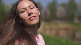 C?MARA LENTA 120fps: Muchacha cabelluda de la mujer del marr?n feliz joven del viajero que sonr?e y que da vuelta alrededor en un metrajes