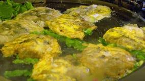 C?mara lenta Gente asiática que cocina la tortilla famosa de las ostras en mercado de la noche almacen de video