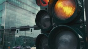 C?mara lenta un sem?foro t?pico en los cruces en el centro de la capital de Alemania, Berl?n El amarillo y almacen de video
