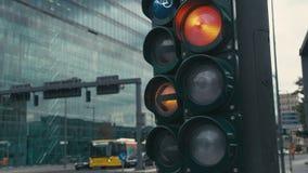 C?mara lenta un sem?foro t?pico en los cruces en el centro de la capital de Alemania, Berl?n La flecha verde está prendido metrajes