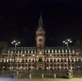 C?mara municipal de Hamburgo, Alemanha na noite imagens de stock royalty free