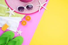 C?mara retra de la pel?cula de los accesorios de la playa, pi?a, gafas de sol, sombrero de la playa de las estrellas de mar de la imágenes de archivo libres de regalías