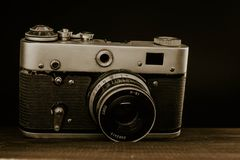 c?mara sovi?tica del viejo vintage con la lente en fondo de madera fotografía de archivo libre de regalías
