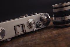 c?mara sovi?tica del viejo vintage con la lente en fondo de madera fotos de archivo