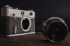 c?mara sovi?tica del viejo vintage con la lente en fondo de madera imagenes de archivo