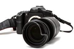 C?mera digital quebrada de SLR, filtro protetor amolgado na lente zoom Ser? reparado Isolado no fundo branco Vista lateral foto de stock royalty free