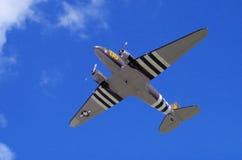 C-47 mit den Invasionstagmarkierungen, die Ausgang aufnehmen Stockfoto