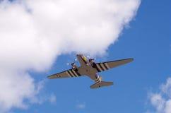 C-47 mit den Invasionstagmarkierungen, die Ausgang aufnehmen Stockbild