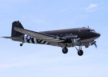 C-47 mit den Invasionstagmarkierungen, die für eine Landung hereinkommen Lizenzfreies Stockbild