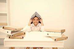 C?mo permanecer el positivo y manejar tareas Fondo del blanco de la cabeza del tejado del libro infantil de la muchacha Sonrisa p fotografía de archivo