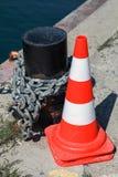 Cône d'avertissement rayé rouge de route sur le pilier Photo stock