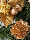 Cône d'or de pin sur l'arbre de Noël Images libres de droits