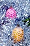 Cône de décorations de Noël en rose et or Photographie stock libre de droits