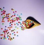 C?ne de gaufre de cr?me glac?e et dispersion des bonbons multicolores image libre de droits