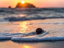Cône de goupille de danse dans le coucher du soleil Images stock
