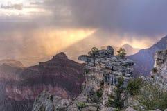 Cône de lumière du soleil au-dessus de Grand Canyon Photo libre de droits