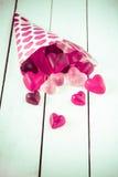 Cône de sucrerie renversant les sucreries gommeuses au-dessus d'une table Photo stock