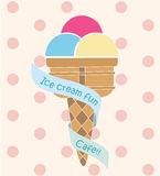 Cône et ruban mignons colorés de crème glacée sur le fond rose de point Photographie stock libre de droits