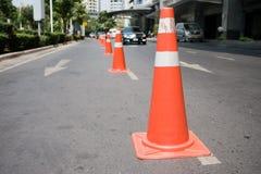 Cônes de contrôle de la circulation à la petite rue Photos stock