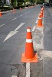 Cônes de contrôle de la circulation à la petite rue Photographie stock libre de droits