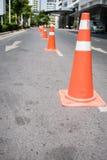 Cônes de contrôle de la circulation à la petite rue Images stock
