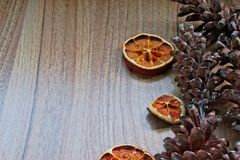 Cônes de fruits secs et de pin Photo stock