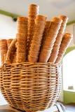 Cônes de gaufre dans une boutique de crème glacée - Photographie stock libre de droits