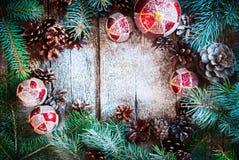 Cônes de pin d'arbre de sapin de Branche de boules de Noël en bois Photos libres de droits