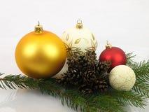 Cônes de pin de boules de Noël sur un fond blanc Photographie stock libre de droits