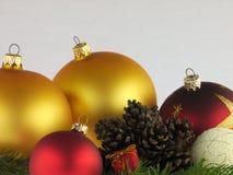 Cônes de pin de boules de Noël sur un fond blanc Photo libre de droits