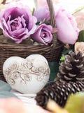 Cônes de pin, feuillage d'automne et coeur de pierre Image stock