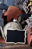 Cônes de pin, ornements de Noël et tableau vide Image stock