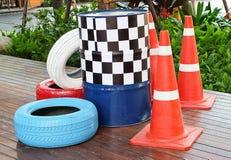 Cônes du trafic avec les pneus et les barils peints du trafic Image stock