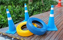 Cônes du trafic avec peint pneus bleus et jaunes Images stock