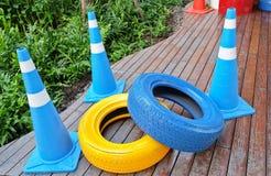 Cônes du trafic avec peint pneus bleus et jaunes Photo libre de droits